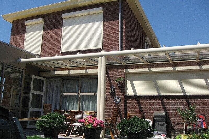 rolluiken voor ramen in huis